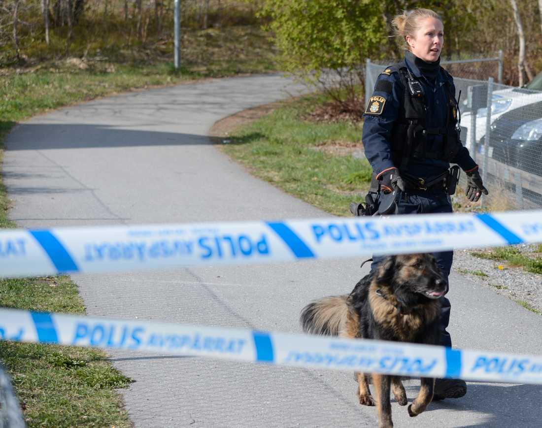 Polisen är på plats vid en skola i Märsta fter att en död kvinnan hittats på platsen.