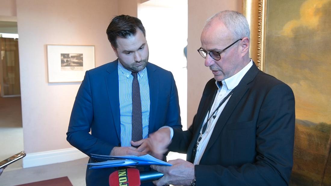 M-toppen Erik Bengtzboe konfronteras av Aftonbladets reporter Richard Aschberg.