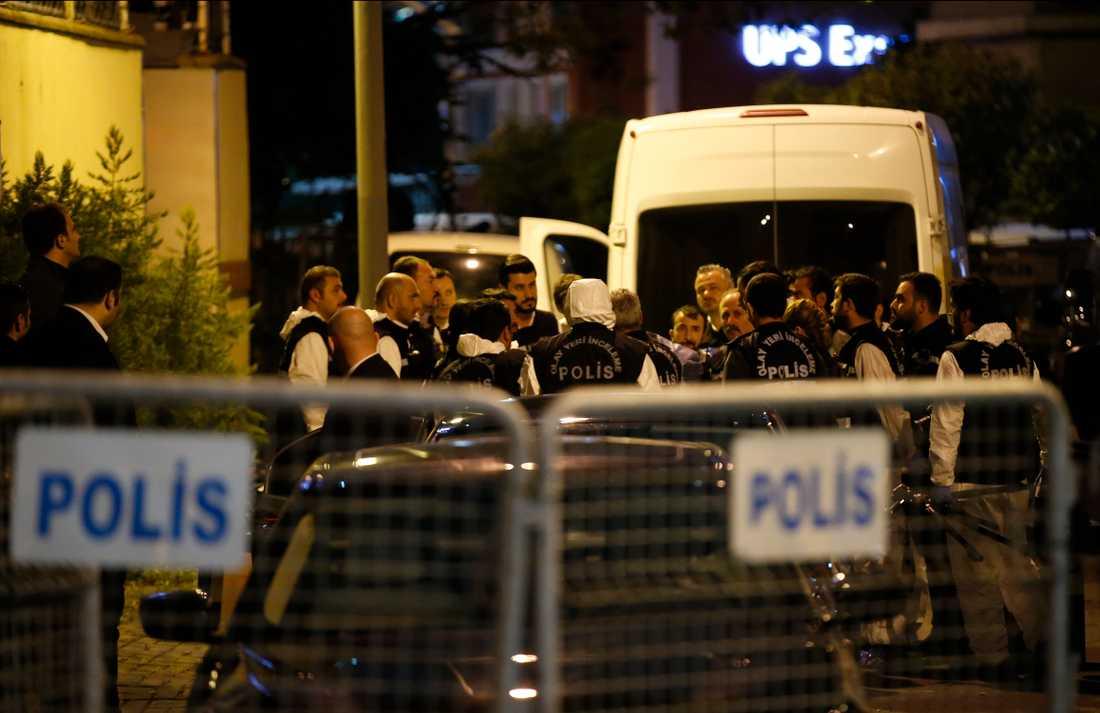Turkiska poliser utanför saudiska konsulatet i Istanbul.