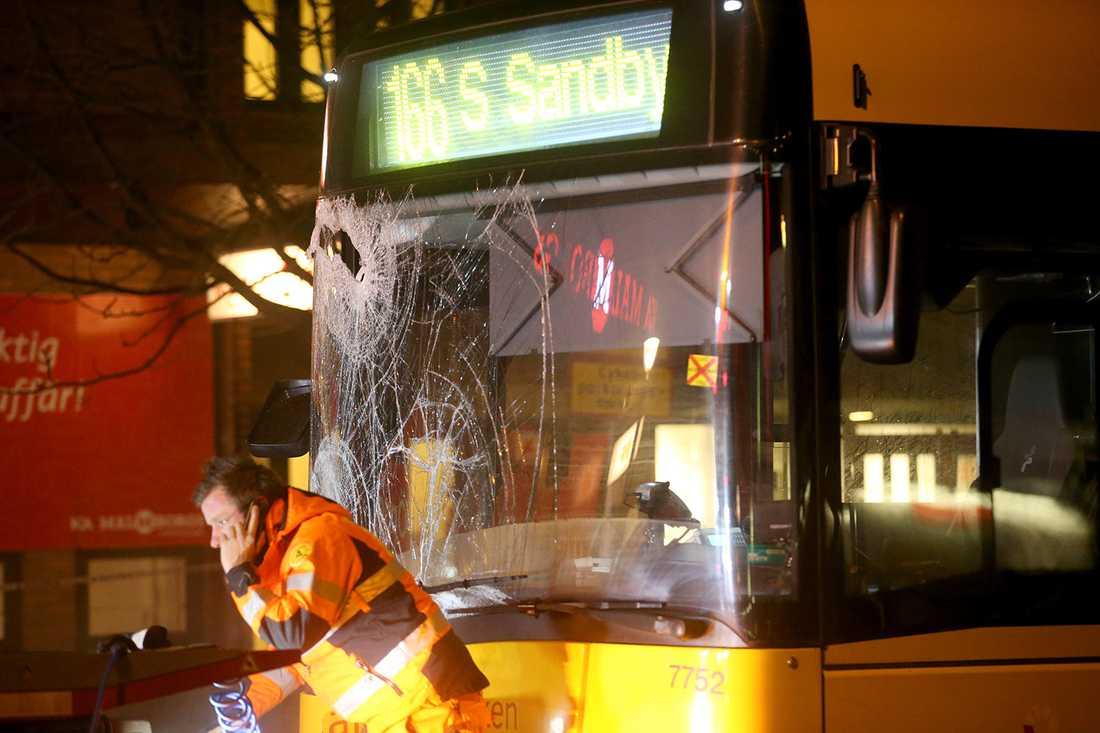 En person dog när bussen skenade.