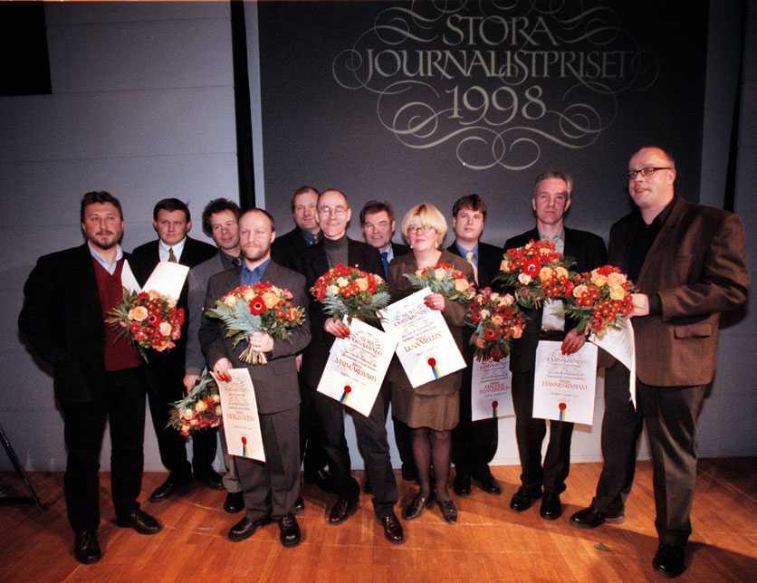 För granskningen i Osmo Vallos död så fick Hannes Råstam, tvåa från höger, Stora Journalistpriset 1998 tillsammans med Janne Josefsson.