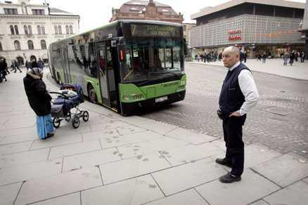 Busschauffören Bent Madsen på Stora Torget Klockan 12 stannade busstrafiken i Uppsala för att hedra offren för den svåra bussolyckan.