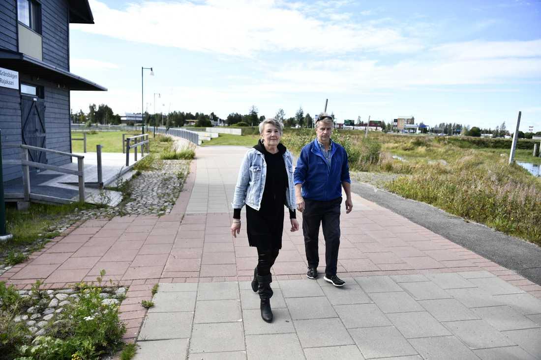 """Elisabeth Lind, boende i Haparanda, tillsammans med sin vän Jukka Puuranen, boende i Torneå, vid gränsövergången mellan Sverige och Finland i Haparanda. """"Jag är glad att jag kan ta mig över gränsen som svensk medborgare"""", säger Elisabet Lind, till TT."""