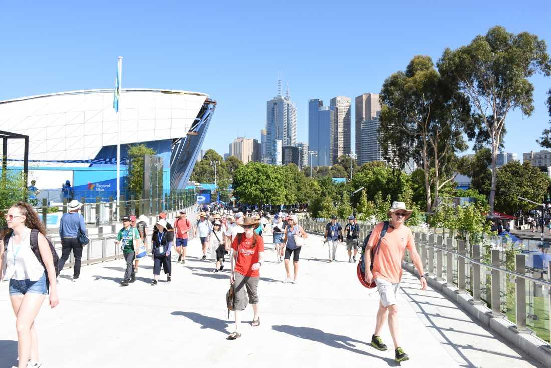 På Australian Open i tennis i Melbourne fick både spelare och publik det svettigt i hettan.