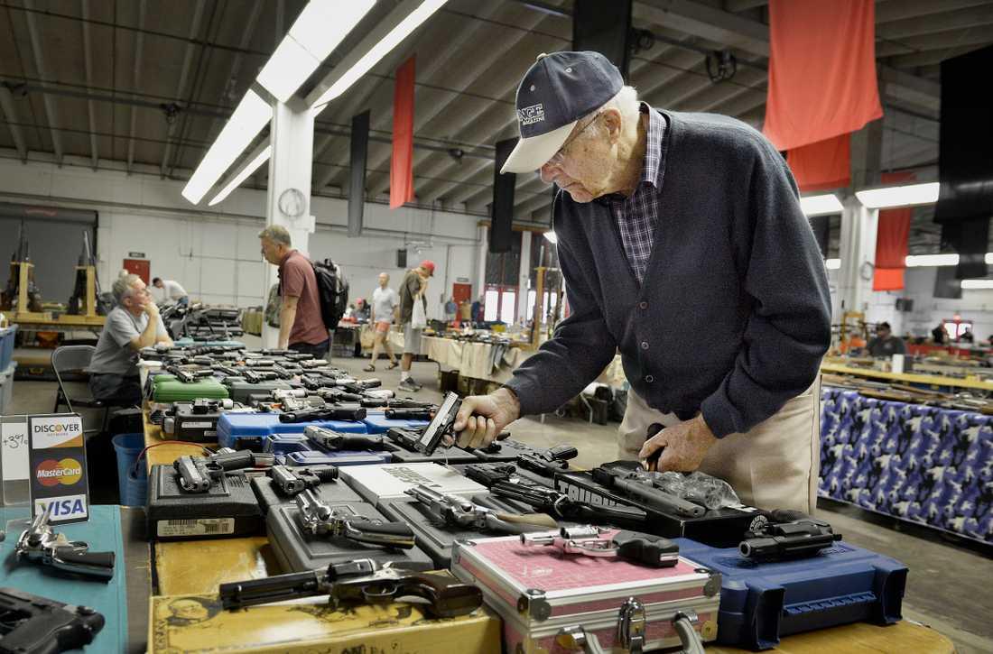 """""""Det känns tryggt""""  Bob Sinclair, 88, botaniserar gärna runt i utbudet men köper inget. Han har redan vapen så han klarar sig."""