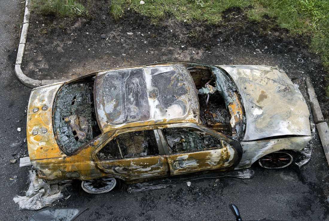 Utbränd bil efter upploppen i Husby