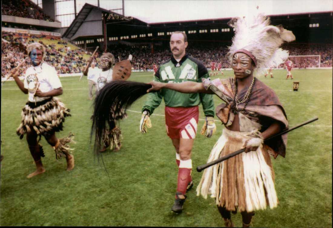 Bruce Grobbelaar med häxdoktorn 1992 på Anfield.