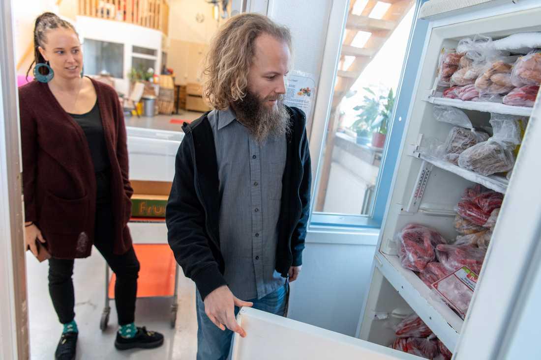 Frysen fylld med korv och burgare. Johanna Nilsson och Kalle Palmgren är två av volontärerna bakom en matbank som just nu byggs upp av Kontrapunkt i Malmö.