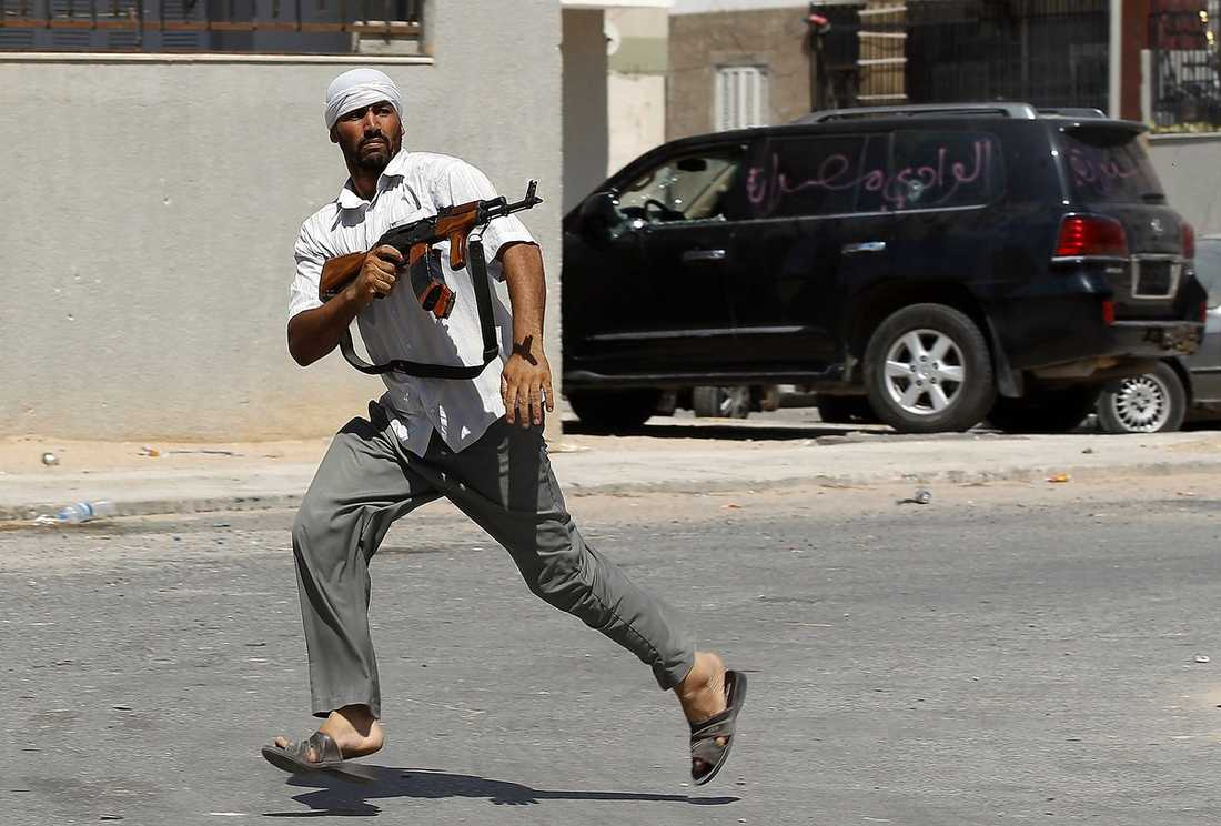De hårda striderna fortsatte i Tripoli i natt. Ett tag trodde rebellerna att de ringat in Gaddafi. Samtidigt sändes ett nytt tv-tal av diktatorn.