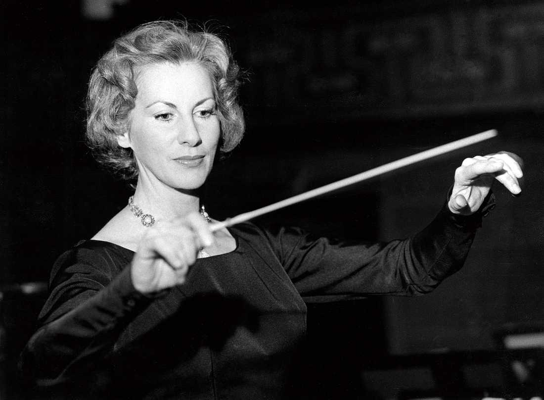 År 1959: Sveriges första kvinnliga dirigent Ortrud Mann leder sin orkester – här under ett framträdande i Stockholms Konserthus där verk av Jean Sibelius framförs. Arkivbild.