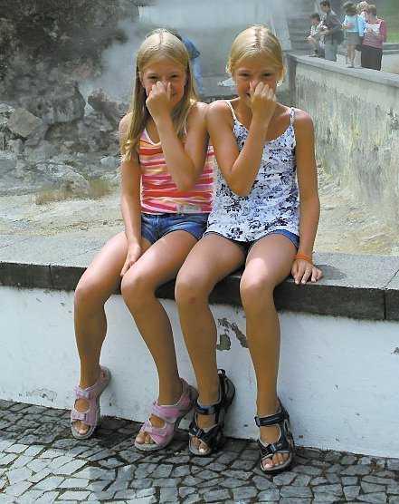 """De varma källorna luktar inte gott, om man får tro Sara och Sofia Geelhar-Hermelin.Vid ett besök på São Miguel bör man definitivt avsätta en dag i Furnas och dess omnejd. I Furnas hittar man, liksom på Island, rykande heta källor och mullrande gejsrar. Värmen från källorna utnyttjas på många sätt, från uppvärmning och spa-verksamhet till matlagning! I Furnas testade vi traktens specialitet, """"Cozido"""", som är en välsmakande gryta som tillagas i de heta källorna. Trots påtaglig svaveldoft från Furnas heta källor, var maten som tillagades i dem mycket god och väldoftande. I området finns också den vackra botaniska trädgården Terra Nostra med den omtalade Ungdomens källa. Det sägs att ju längre tid man tillbringar i det varma vattnet, desto yngre och skönare blir man."""