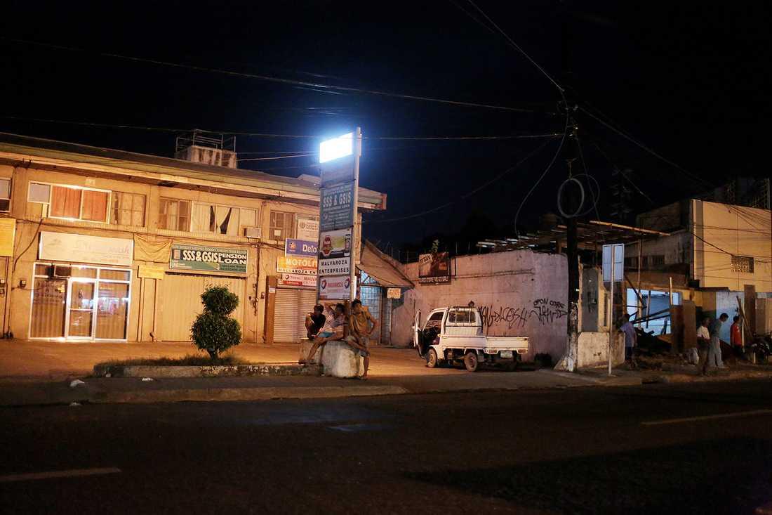 Cordova är en lantlig småstad med omkring 50 000 invånare, men nära Cebu City där småflickor hänger i klasar runt de många barerna med namn som Tarzan, Volvo, Viking, Pussy.