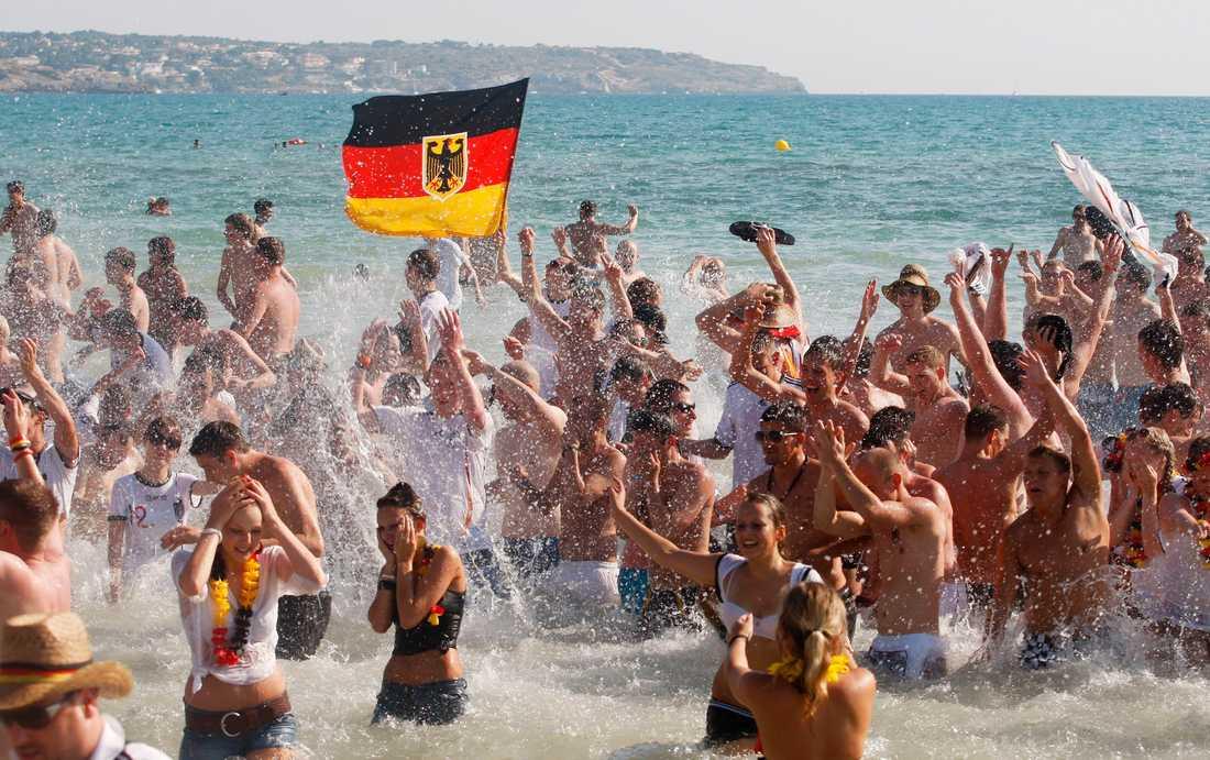 Tyska fotbollsfans på en strand i Mallorca.
