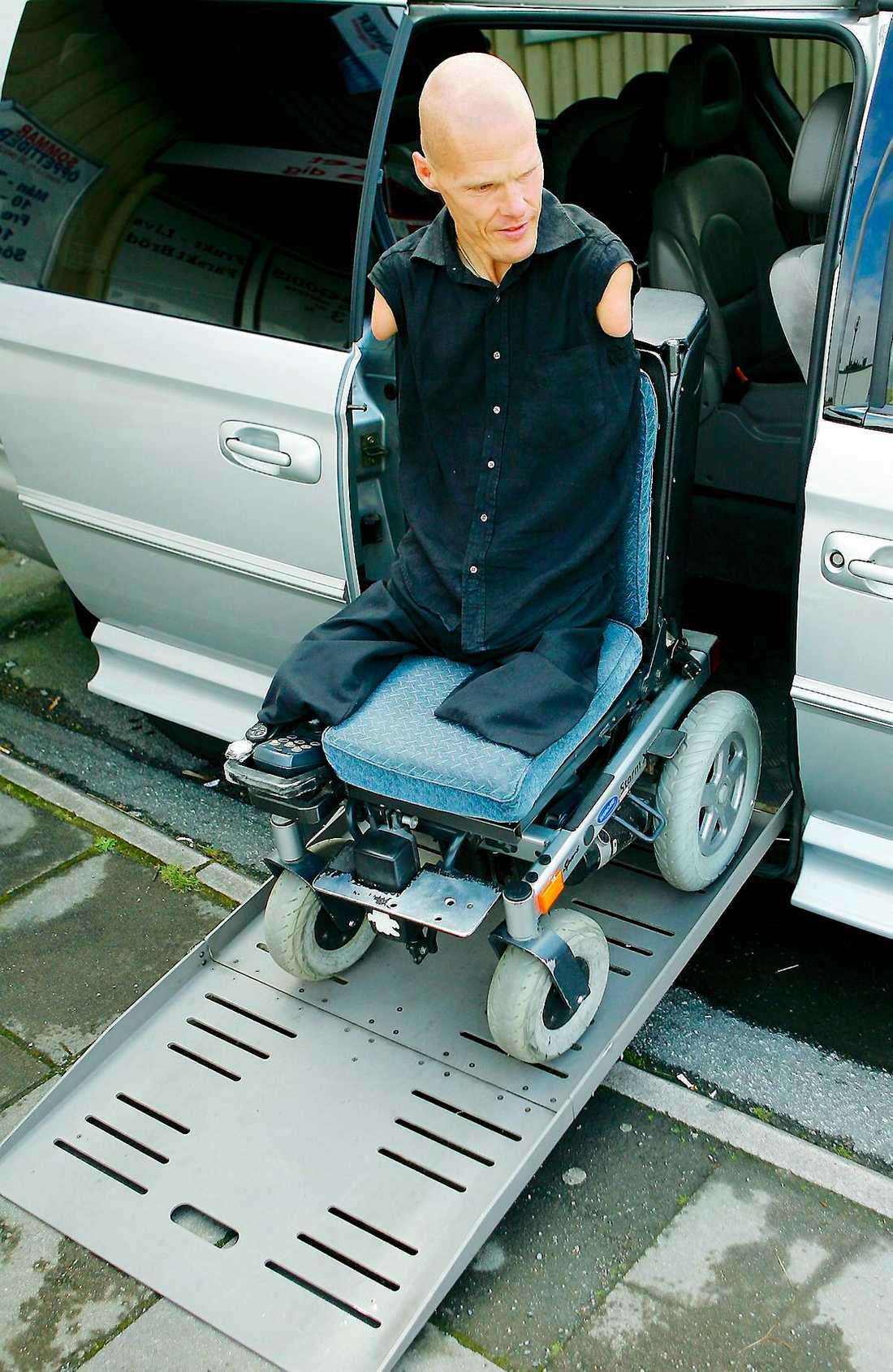Backar upp. Mikael tar sig in i sin specialbyggda Chrysler via en ramp.