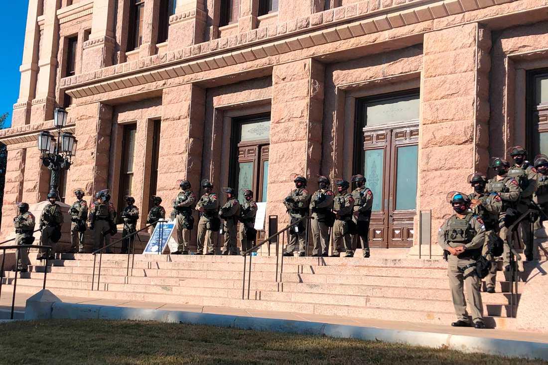 I Texas har delstatspoliser i kravallutrustning stått vakt vid Kapitolium i Austin.