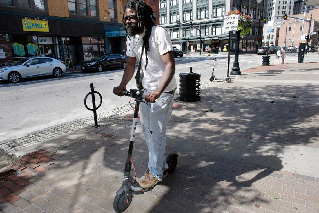 Hyrbara elsparkcyklar finns numera på många håll i världen. Bilden är från Providence, USA. Arkivbild.