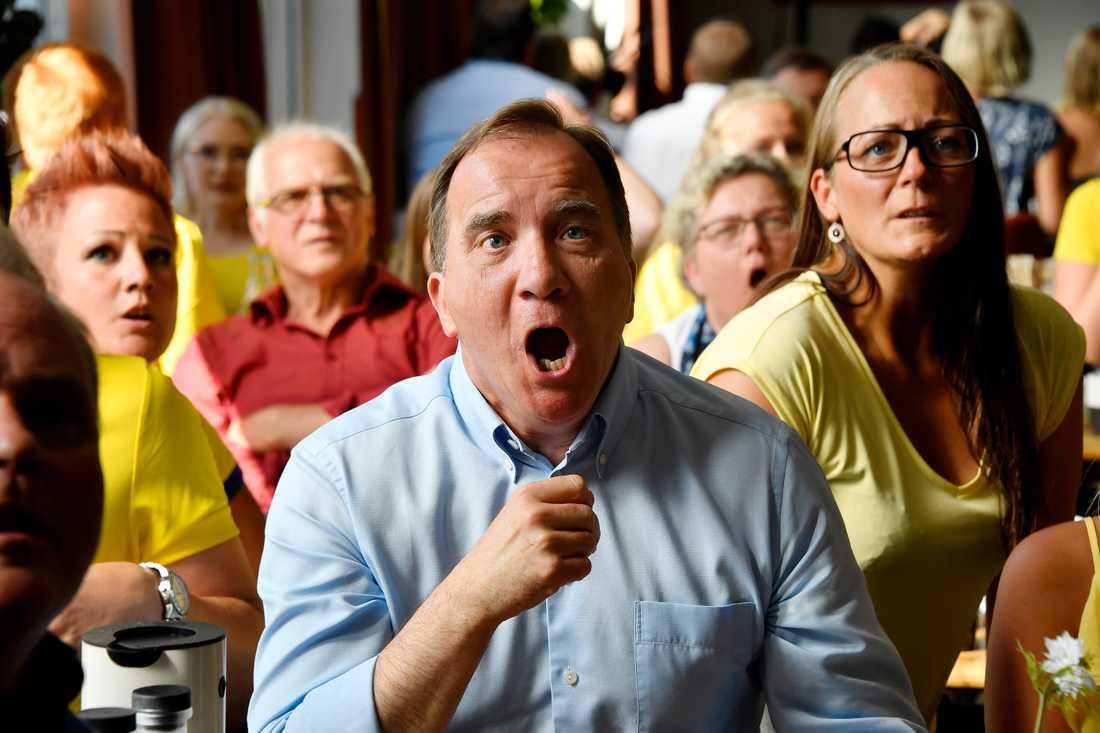 Falköping. Statsminister Stefan Löfven kollar på åttondelsfinalen Sverige-Schweiz i fotbolls-VM.