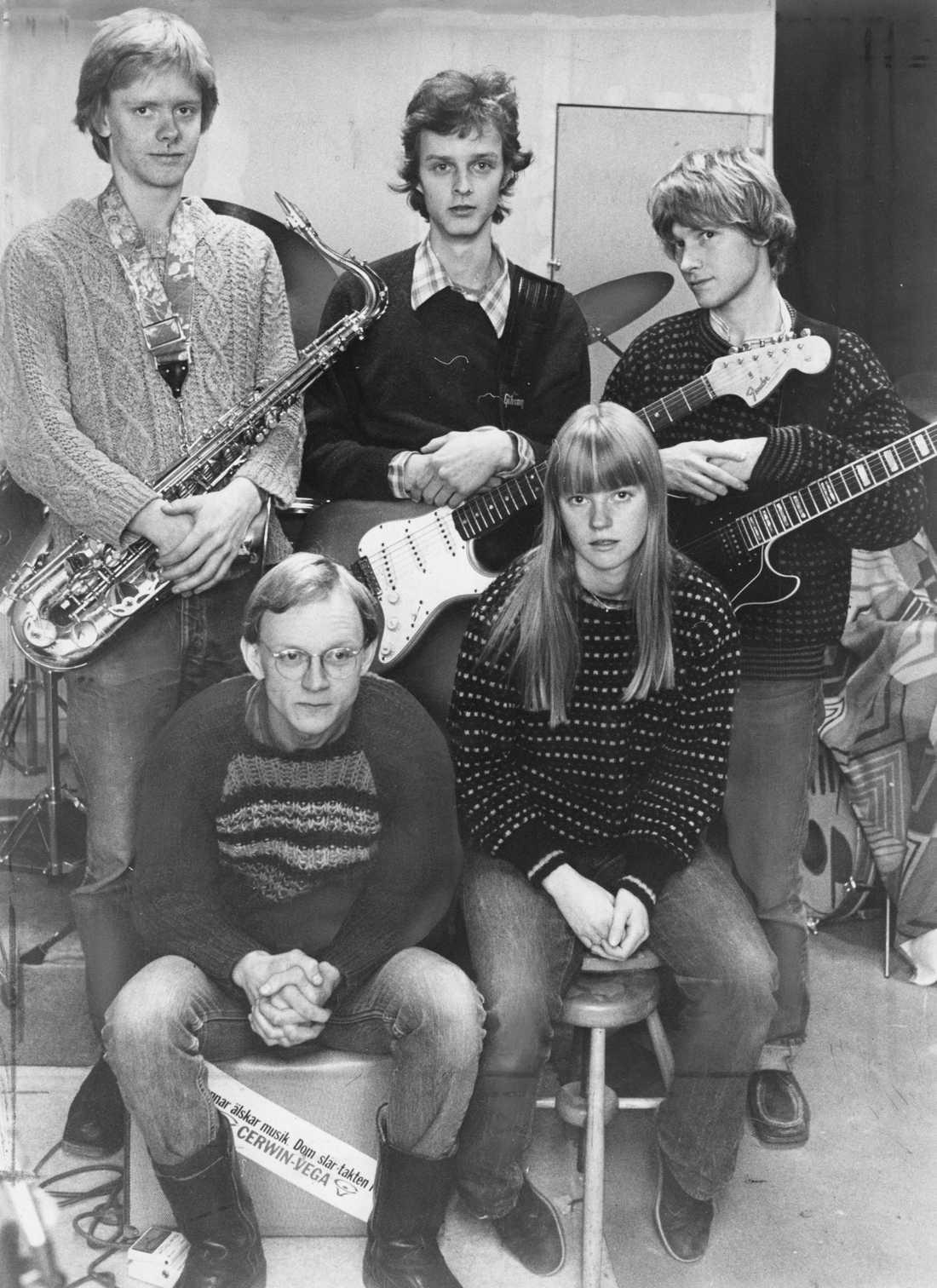 Lolita Pop i november 1980. Stående från vänster: Per Eriksson (i dag Ståhlberg, först saxofon och senare trummor), Benkt Svensson (i dag Söderberg, gitarr), Sten Booberg (gitarr). Sittande: Thomas Johansson (bas), Karin Wistrand (sång).