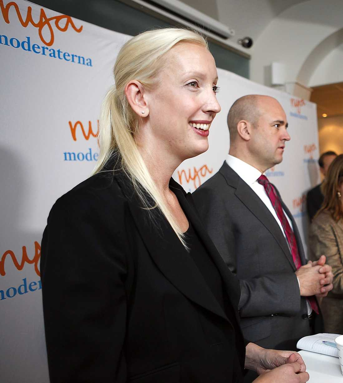 Moderaternas negativa kampanj mot Håkan Juholt och hans vallöften tar politiken till sandlådan, menar Carin Jämtin (S).