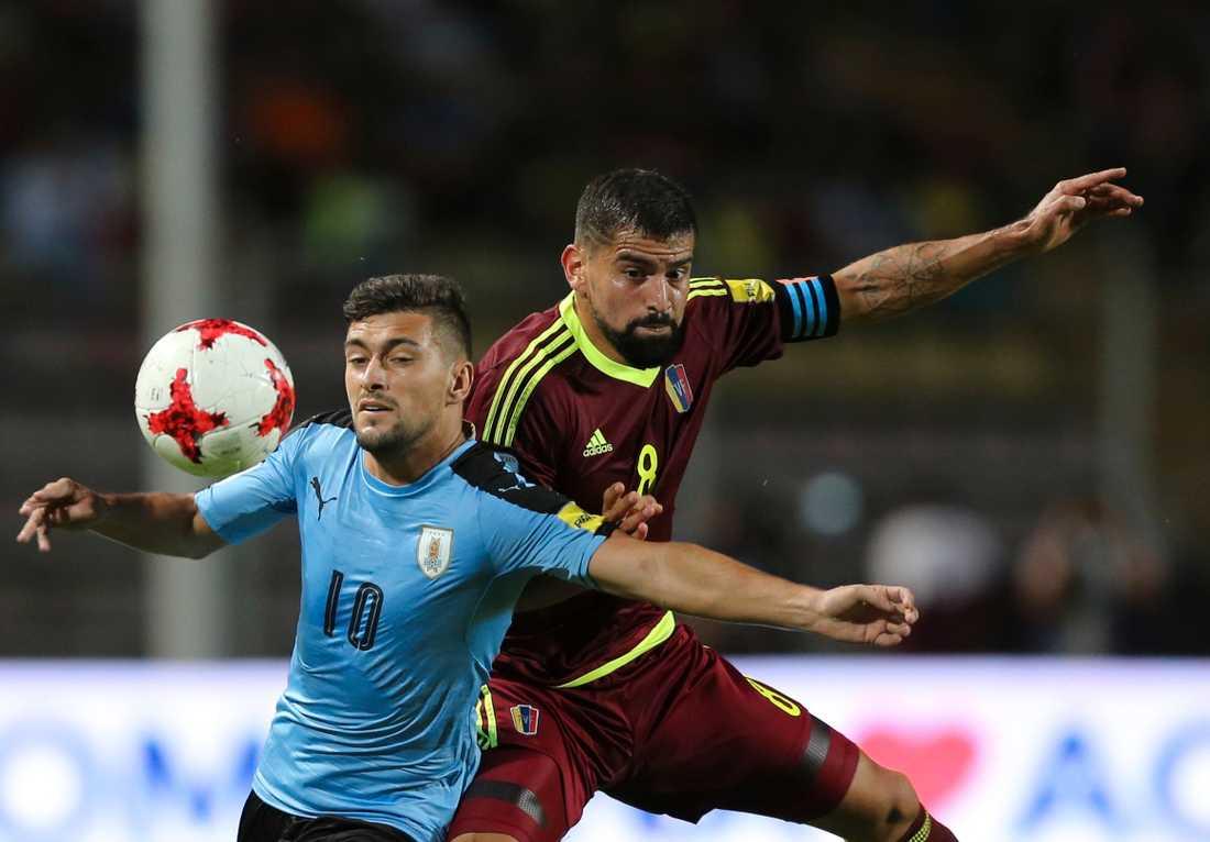 Uruguays Giorgian De Arrascaeta, till vänster, slåss om bollen med Venezuelas Tomás Rincón.