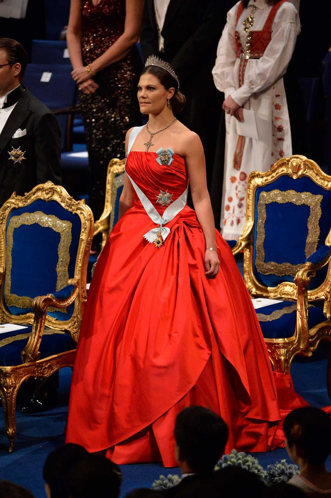 Kronprinsessan Victoria anländer till nobelprisutdelningen i konserthuset 2014 och stal showen fullständigt i den här sagolika klänningen signerad Pär Engsheden.