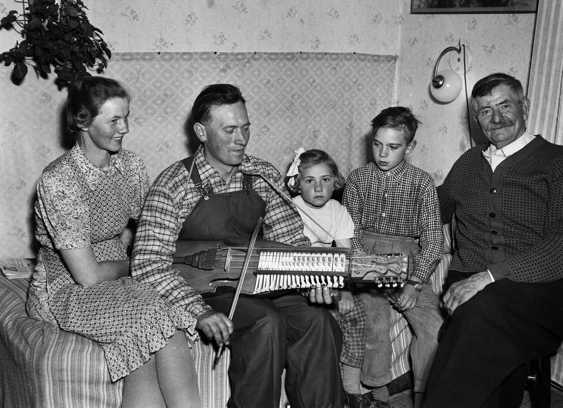 Eric Sahlström med familjen - hustrun Anna och barnen Sigurd och Sigbrit 1954.
