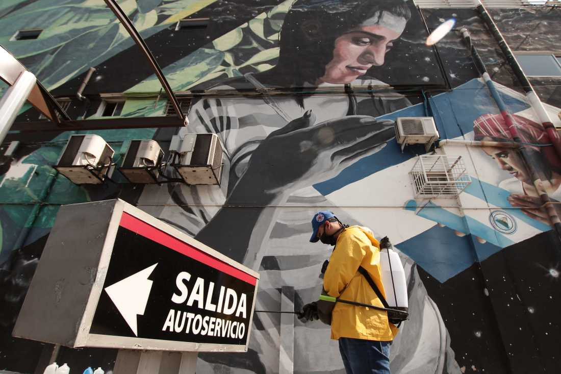 En gata desinficeras i San Salvador i El Salvador. Arkivbild.