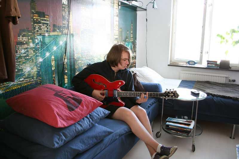 Replokal. I sonen Luddes rum sätts tonen av en motivtapet med New Yorks skyline. Här finns förutom Luddes egen säng en bäddsoffa för övernattande kompisar.