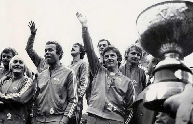 Roy Hodgson firar sitt andra SM-guld med HBK. Året är 1979.