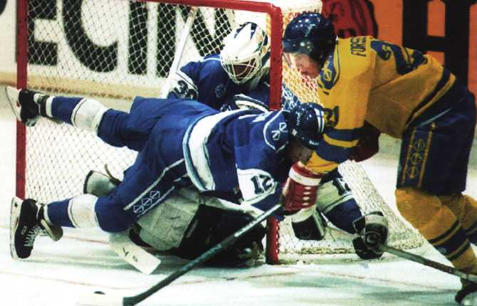 VM-FINAL 1992 Guldmatchen mot Finland i Prag, Forsberg framme och skapar en målchans.