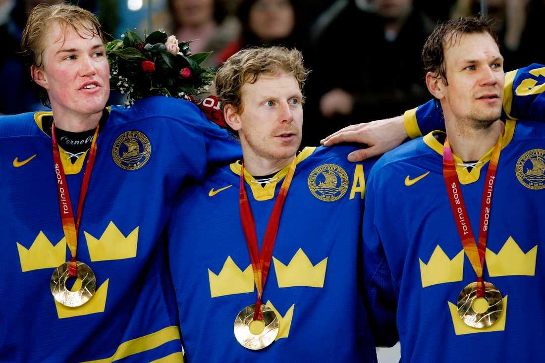 Kenny Jönsson (t.v), Daniel Alfredsson och Nicklas Lidström efter OS-guldet 2006.