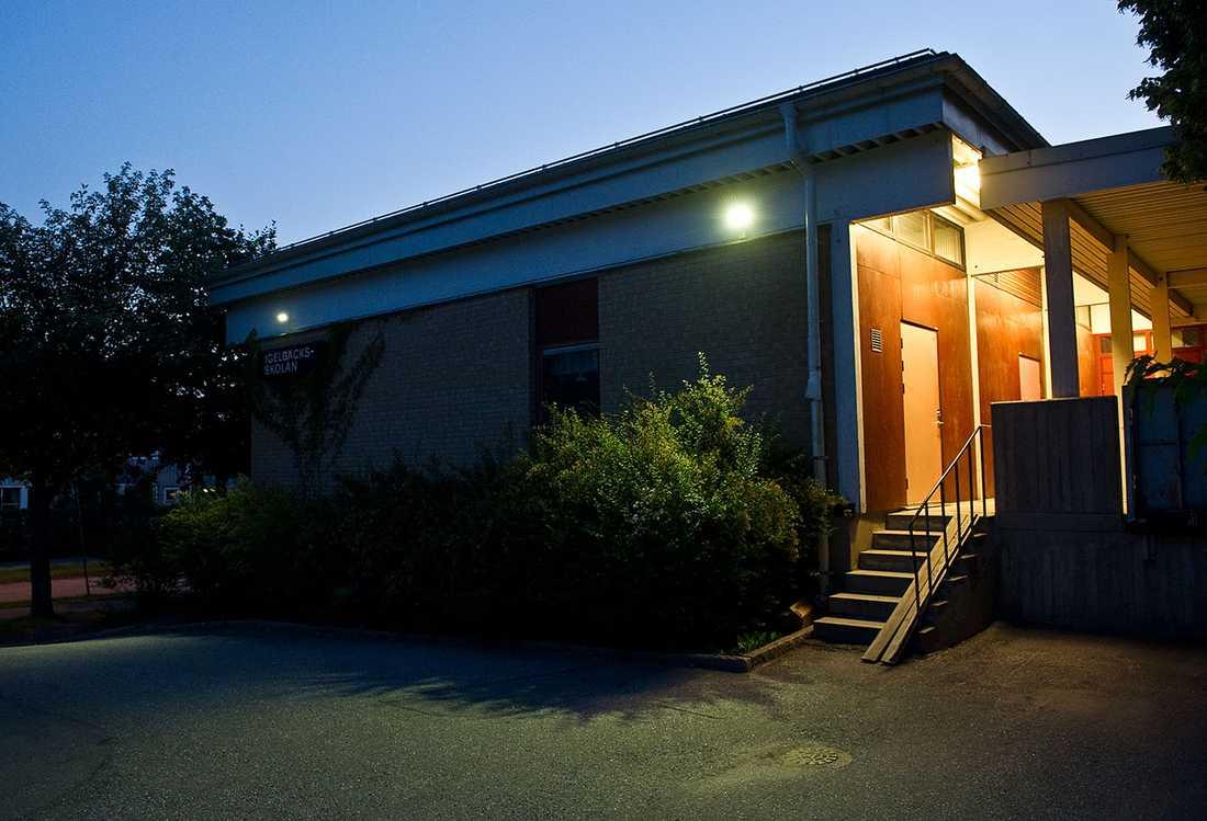 Utanför Igelbäcksskolan i Kista, attackerades och rånades en gravid kvinna under midsommaraftonen.