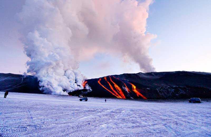 Ovanför kratrarna bildas ett jättelikt moln när vulkanen spyr ut aska.