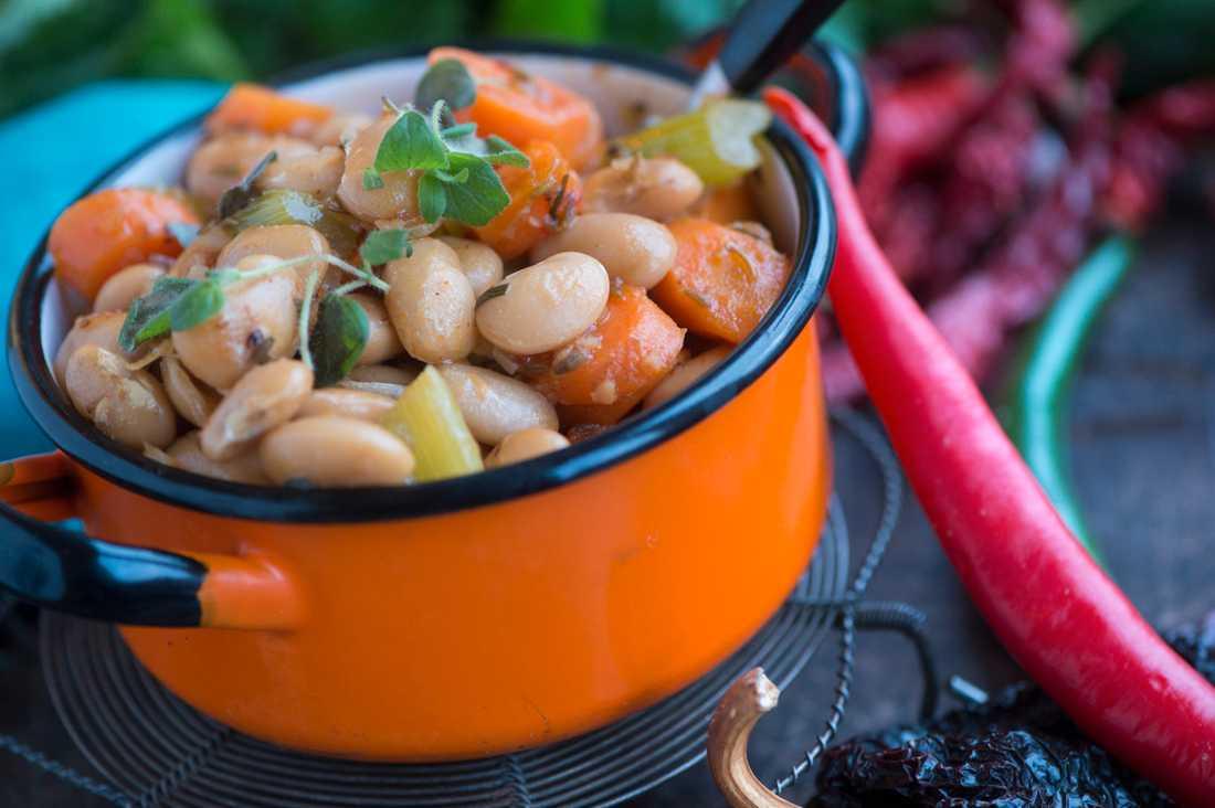 Mer grönsaker, och då gärna mer av baljväxter. Det måste vi människor äta mer av för en hållbar utveckling. Som denna vegetariska chili med bönor.