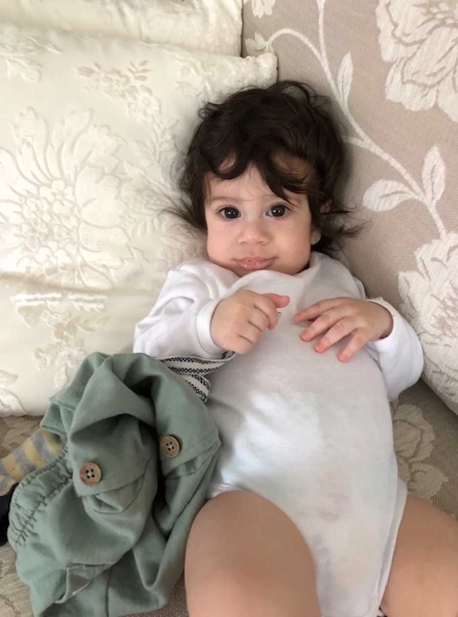 """""""Detta är Dewin Bakir som har riktigt mycket hår, jag har ibland klippt bort det som skymmer ögonen. Han är tio månader och föddes med mycket hår. Ett riktigt troll"""", skriver mamman Seylan Bakir från Bollnäs."""