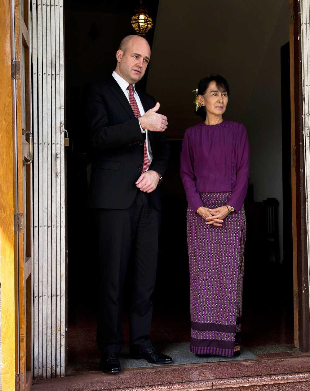 Reinfeldt gör tummen upp när han träffar  Aung San Suu Kyi i Burma.