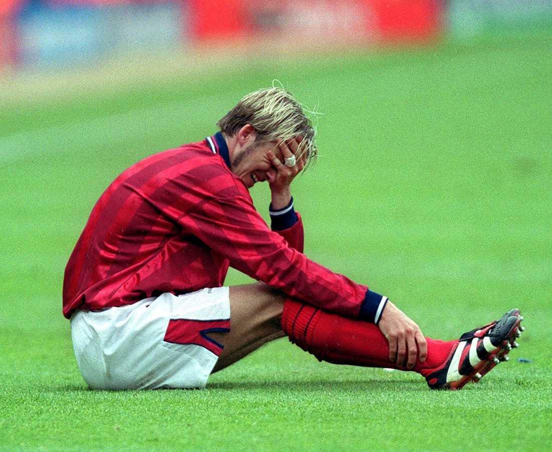 Grimaserar efter att ha blivit skadad i EM-kvalet mot Sverige på Wembley i juni 1999.