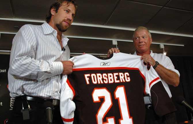 TILL FLYERS Efter en hel del funderande bestämde sig Forsberg för att lämna Colorado. Ny klubb hösten 2005 blev Philadelphia Flyers där klubbens general manager Bob Clarke var nöjd.