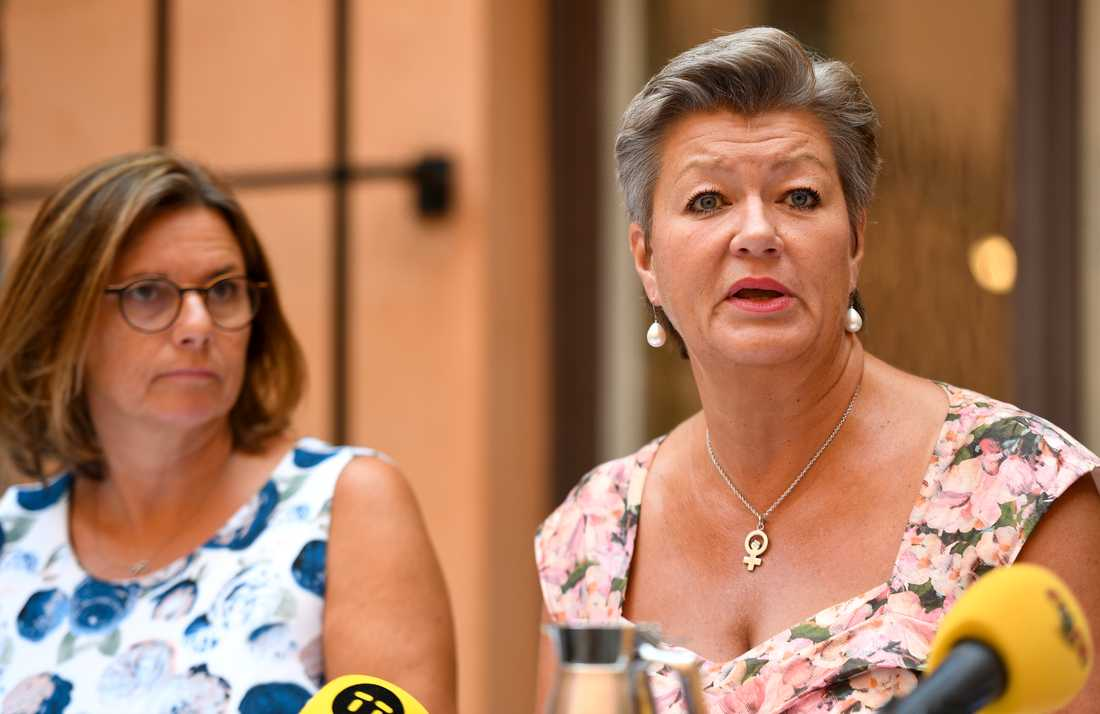 Sommarfika med regeringen. Vice statsminister Isabella Lövin (MP) och Arbetsmarknadsminister Ylva Johansson (S).