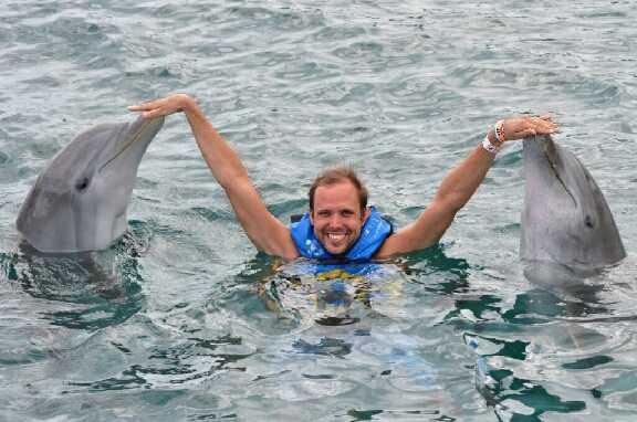 Christofer Stenström, 30, från Växjö, var med när delfinen plötslig bet hans fru: Det var panik, alla började skrika och simmade i land, säger han.