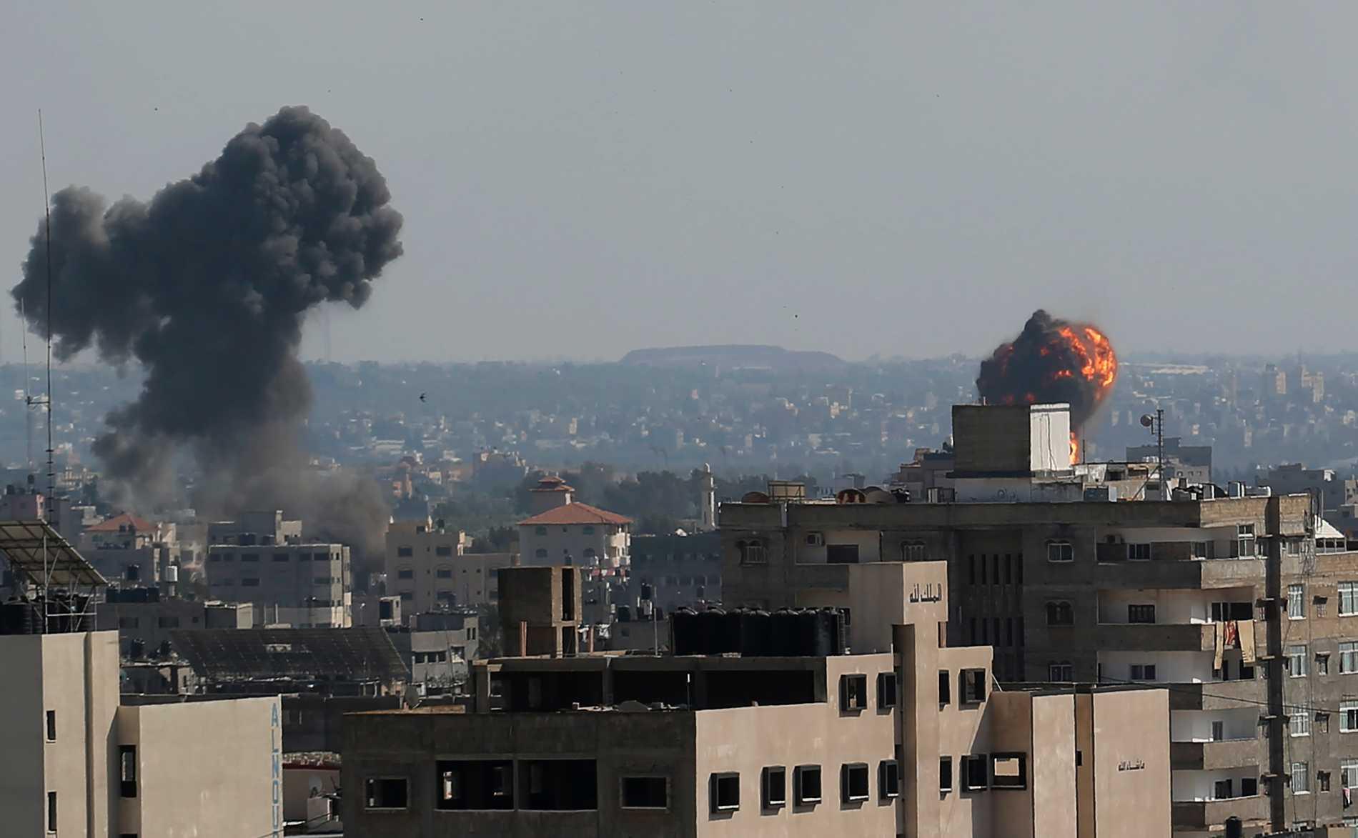 Hamas uppger att de skjutit 130 raketer mot Tel Aviv, efter flygattacken i Gaza.