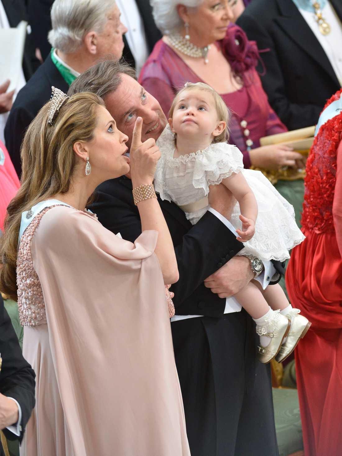 Prinsessan Madeleine spanar in Slottskyrkan tillsammans med dottern Leonore och maken Chris O'Neill.