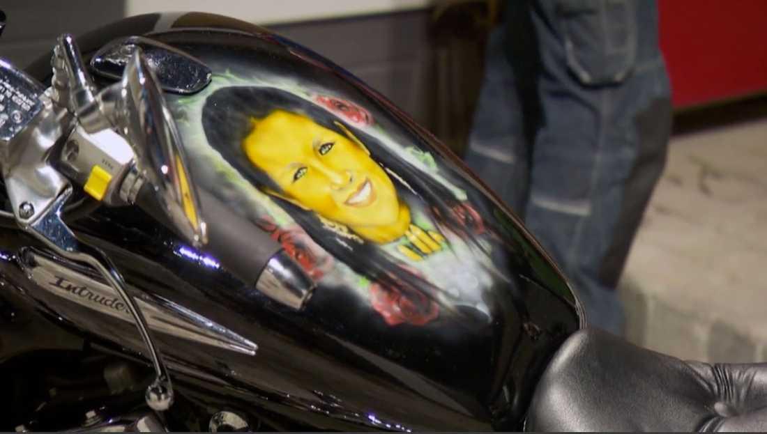 Frun Karolinas ansikte finns på motorcykeln.