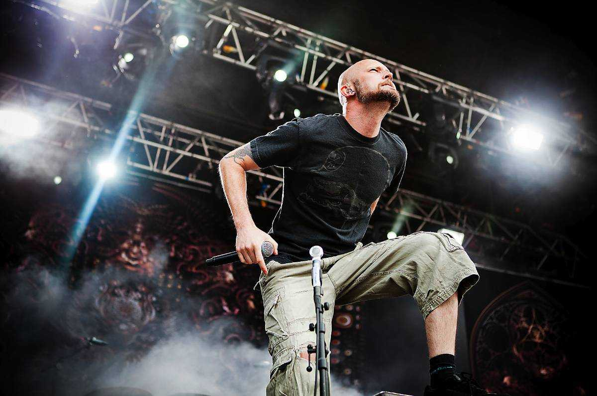 Sångaren Jens Kidman headbangar.