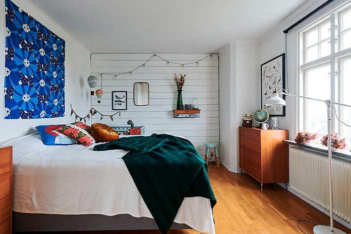 Ovanför parets säng hänger ett tyg som Lisa köpt via en Facebookgrupp som säljer retrotyger från 1950-, 60- och 70-talet.