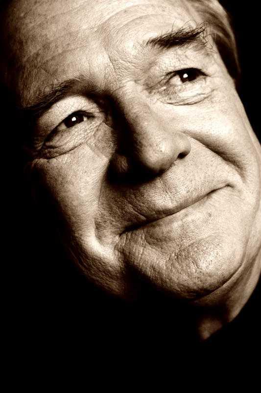 """HAN BLEV 69 ÅR Brasse Brännström (1945-2014) blev älskad av både barn och vuxna för sin humoristiska rollfigur i barnprogrammet """"Fem myror är fler än fyra elefanter"""". Men hans halvsekellånga karriär rymde även allvarliga filmroller, hyllade revyer och musikalsuccéer. I går kväll larmades en ambulans till hans hem i centrala Stockholm. Senare uppgav hans exfru Git Erixon för Aftonbladet att den folkkäre skådespelaren gått bort. Brasse Brännström blev 69 år gammal."""