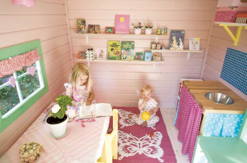 Hyllorna är fyllda av böcker som lockar till en stunds avkoppling. Ella har dock fullt sjå att hålla ordning på lillebror Eskil.