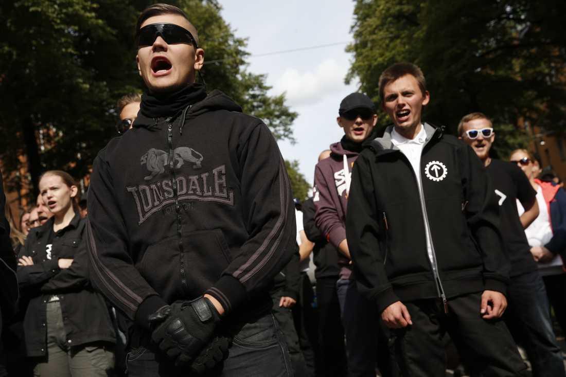 """Nazister skanderar """"Folkförädare""""."""