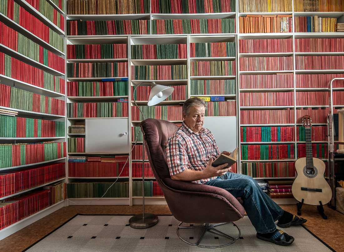LYSER RÖTT OCH GRÖNT Gunnar Lindholms bokhyllor är fyllda av förstaupplagor av Wahlströms ungdomsböcker med de röda och gröna ryggarna.