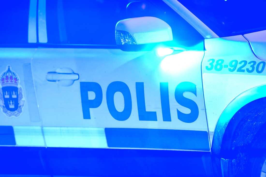 En polisman skadades i samband med att hens bil blev påkörd under en biljakt. Arkivbild.